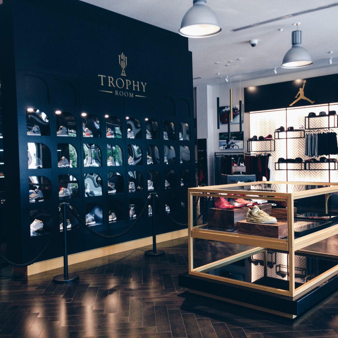 VISITORS: Desempacados En Trophy Room Store