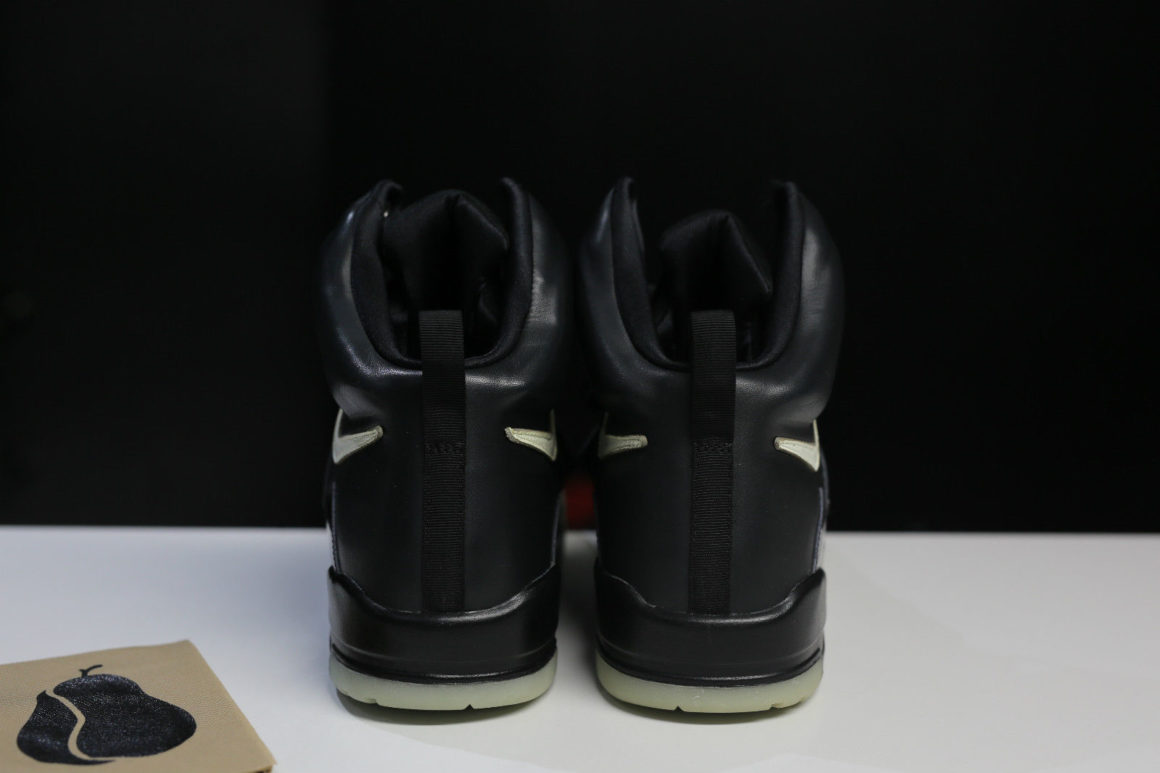 nike-air-yeezy-black-sample-65000-9_bn21gi